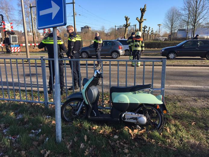 De scooter raakte beschadigd door de botsing op het spoor in Oss.