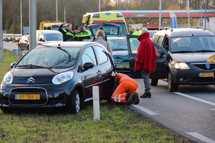 De beschadigde auto's op de weg na de aanrijding op de N325.