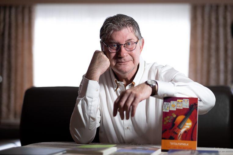 Luc Van Balberghe met zijn nieuwste boek Wolfsmelk