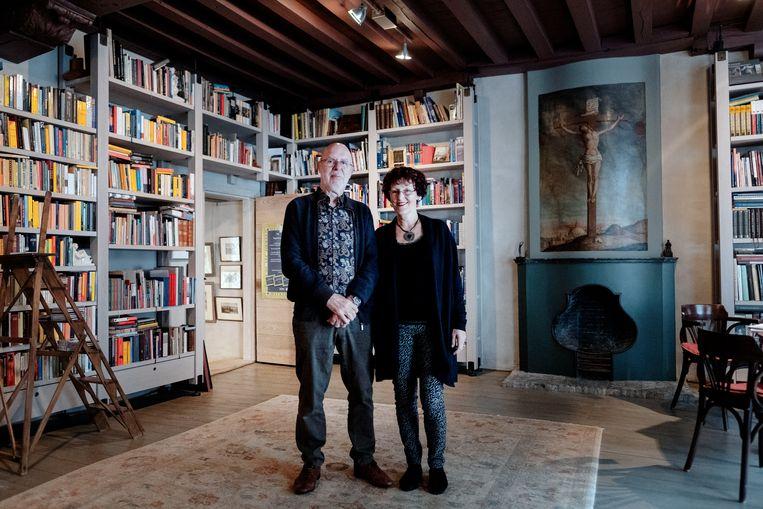 Ton en Ineke Meulman in de voorkamer van hun veertiende-eeuwse pand. Beeld Merlin Daleman