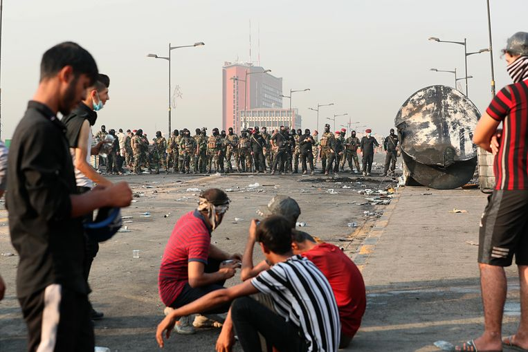 Demonstranten staan tegenover veiligheidstroepen in Bagdad.  Beeld null