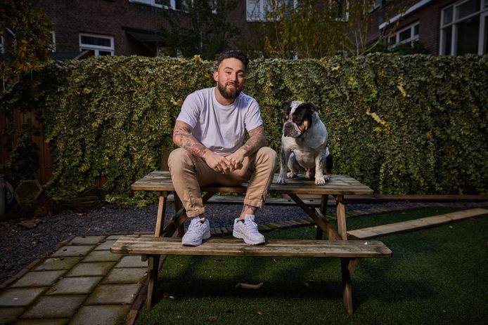 Danser Pom Arnold (29), hier met bulldog Boogie, werkt tegenwoordig als stukadoor.
