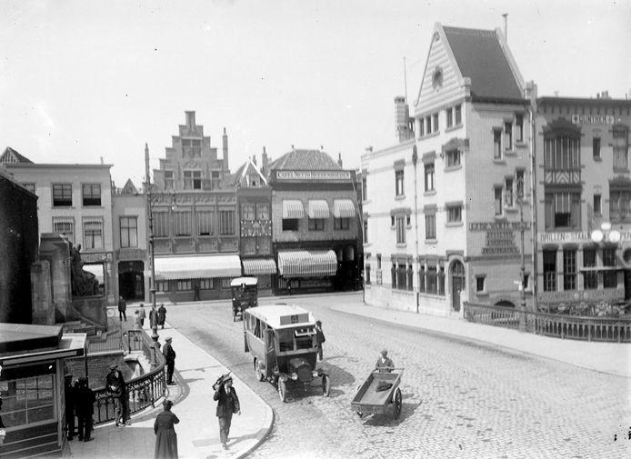 De Visbrug, ca. 1925. Links het wachthuisje voor de autobus. Op die plaats nu de loempiakiosk van Xuan Tran.