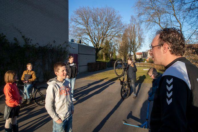 Jongerenwerker Jan Baan (rechts) spreekt jongeren op straat in Ede aan.