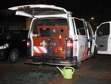 De politie wordt uitgedaagd: 'Gedurfd om politiebusje in brand te steken'