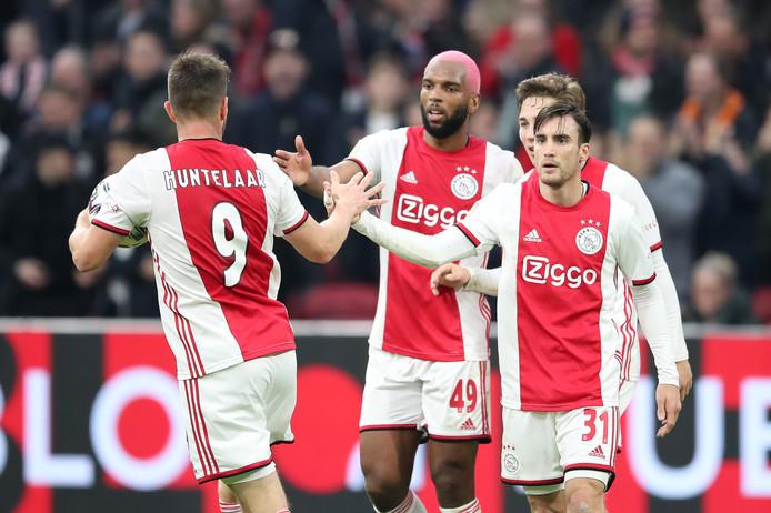 Klaas-Jan Huntelaar wordt gefeliciteerd na zijn treffer in de slotfase.