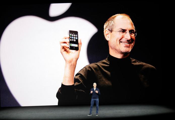 Apple CEO Tim Cook begon zijn speech met een eerbetoon aan Steve Jobs.