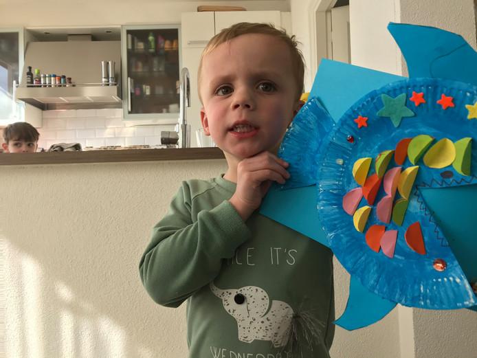 'Dit is Julian 3 jaar oud. En heeft voor zijn opa en oma een visje geknutseld. Die snel naar oma en opa komt toe gezwommen. Ze missen hun oma en opa heel erg.'