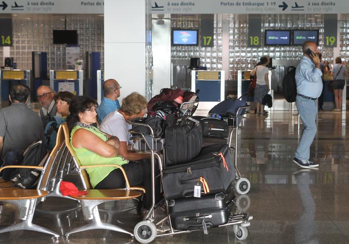 Gestrande passagiers op Madeira wachten in de vertrekhal op meer informatie over hoe nu verder.