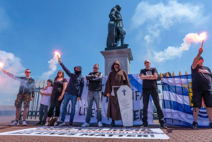 Een groep van 'nieuw rechts' Proud Boys Nederland demonstreerde bij Michiel de Ruyter, links met de armen over elkaar Walther Metz uit Terneuzen, in monnikspij Albert Buitendijk van het Neerlands Patriottisch Front uit Axel.