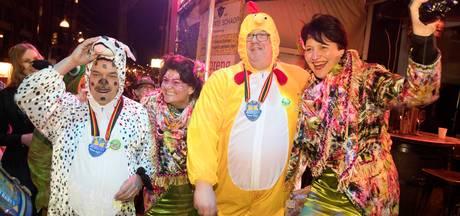 Burgemeester Bruls verkleed als kip
