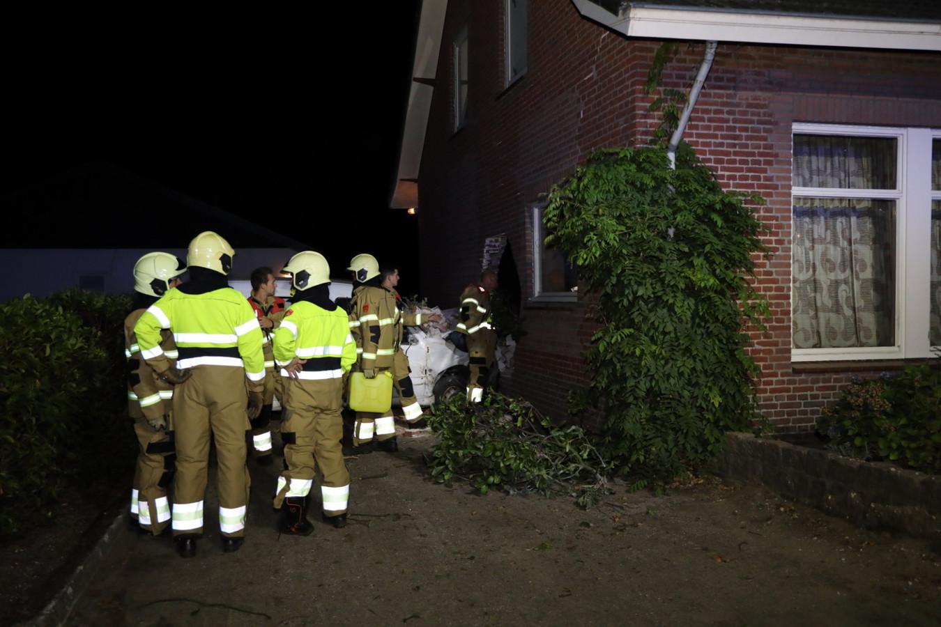 Auto rijdt woning binnen in Schaijk
