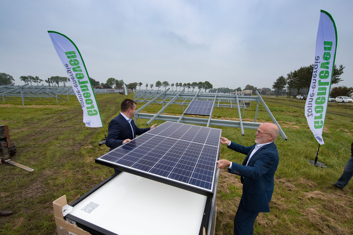 De aanleg van een zonnepark in Emmeloord.