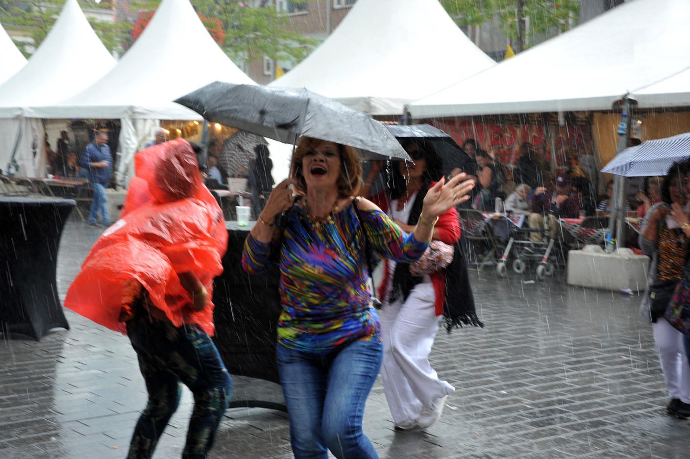 Volop regen én plezier op de Pasar Malam.