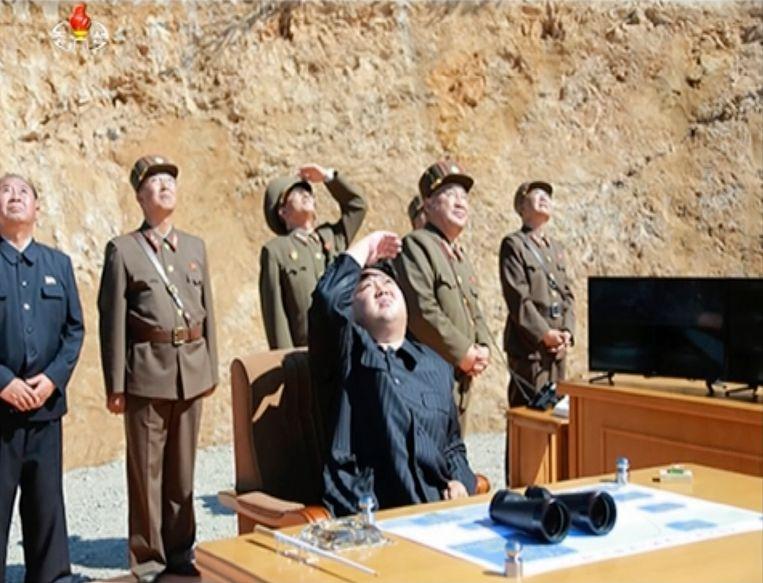 De Noord-Koreaanse leider Kim Jong-Un kijkt naar een lancering op 4 juli.