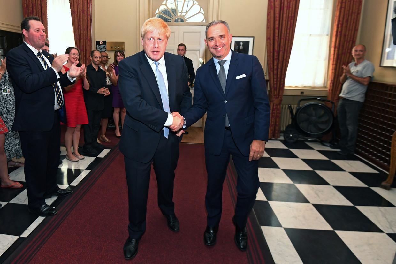 Boris Johnson met Mark Sedwill (kabinetssecretaris). Rechts achterin staat Dominic Cummings, volgens oud-premier David Cameron een 'carrièrepsychopaat'.  Beeld REUTERS