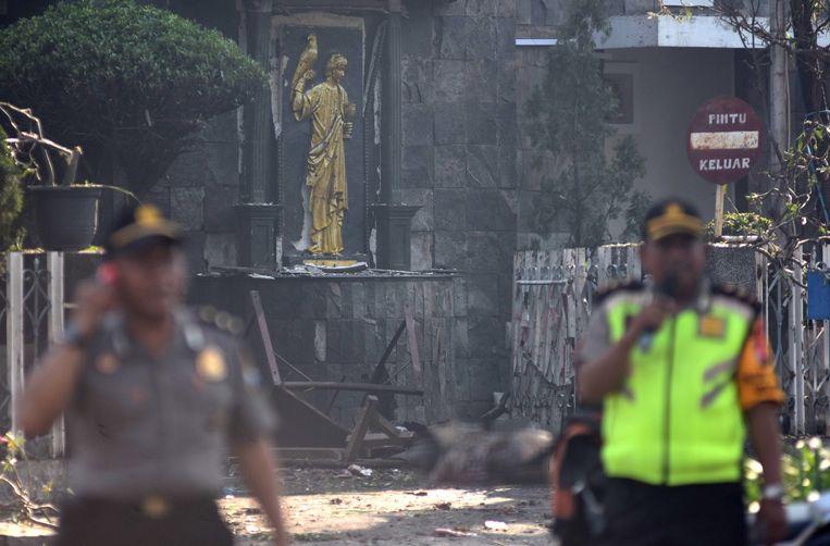 Politie bij de opgeblazen Santa Maria-kerk in Surabaya.