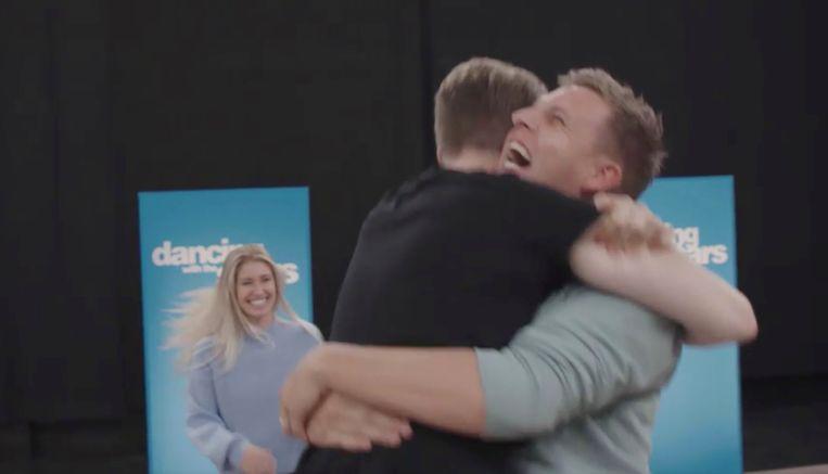 Jani valt James in de armen.