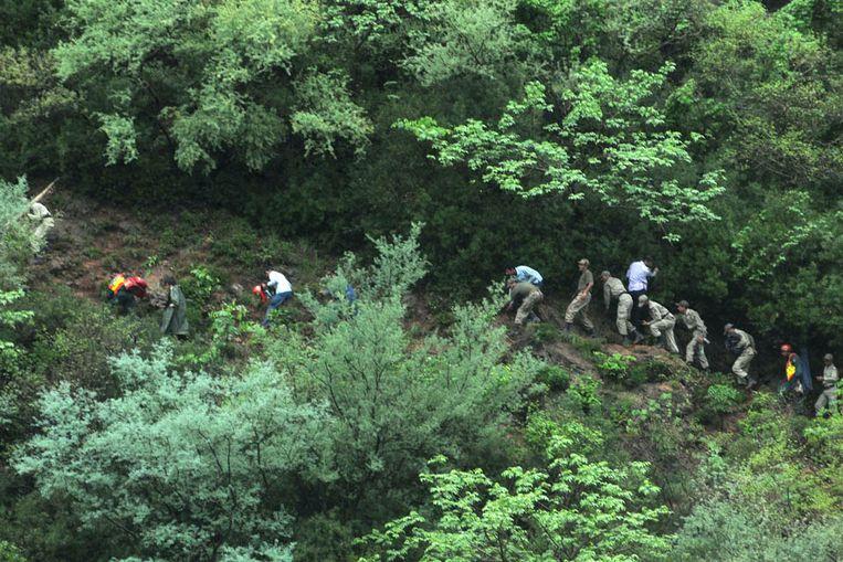 Reddingswerkers bij de rampplek ( EPA ) Beeld EPA