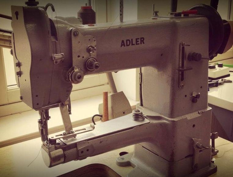 Leer op de workshop leer stikken met een industriële naaimachine Beeld Leer Atelier