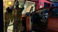 Van pedaal vergist: terreinwagen rijdt vitrine van bakkerij Mathues aan diggelen