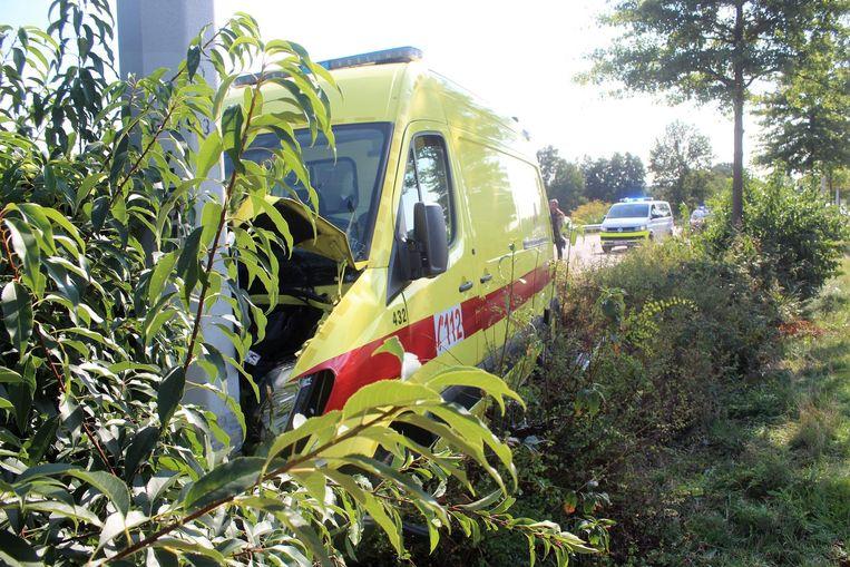 De ambulance werd geramd en kwam wat verder in de middenberm terecht.