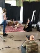 Pien Scheepers(14) uit Heeze trainde hondje Saar om de juiste pose aan te in het project Nachtwacht 360.