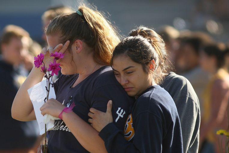 Studenten van de Universiteit van Californië in Santa Barbara rouwen om de dood van zes medestudenten, vorig jaar mei. De schutter droeg drie legaal verkregen wapens bij zich.