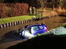 Auto schiet van de weg en belandt in het water langs Van Heemstraweg in Wamel