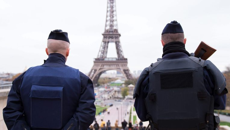 Extra veiligheidsagenten en militairen vullen het straatbeeld in Parijs.