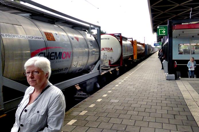 Wachten op perron 1 in Tilburg terwijl een giftrein voorbij raast