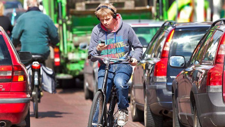 Het kabinet werkt aan een verbod op onder meer appen op de fiets. Beeld anp