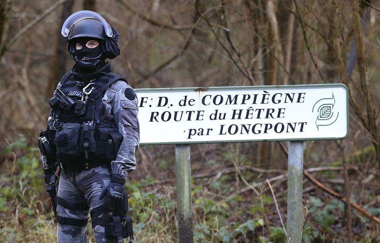 Een Franse politieagent nabij het dorpje Villers-Cotterets. Beeld afp