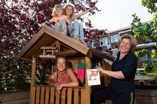 Julia (links) en Dagmar op de veranda van de 'boomhut', terwijl Saar (rechts) en Roos het hogerop zoeken.