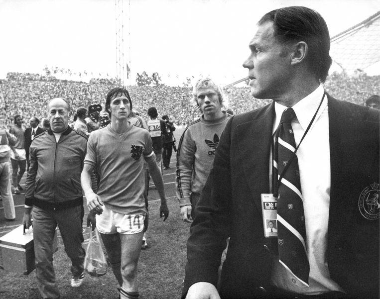Johan Cruijff, Wim Rijsbergen en Rinus Michels verlaten het veld tijdens de WK voetbal 1974 in München na de 2-1 nederlaag tegen Duitsland in de finale. Beeld