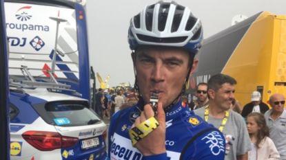 Opvallend: Tour-renners rijden met blauwe armband en fluitje de berg af richting teambus