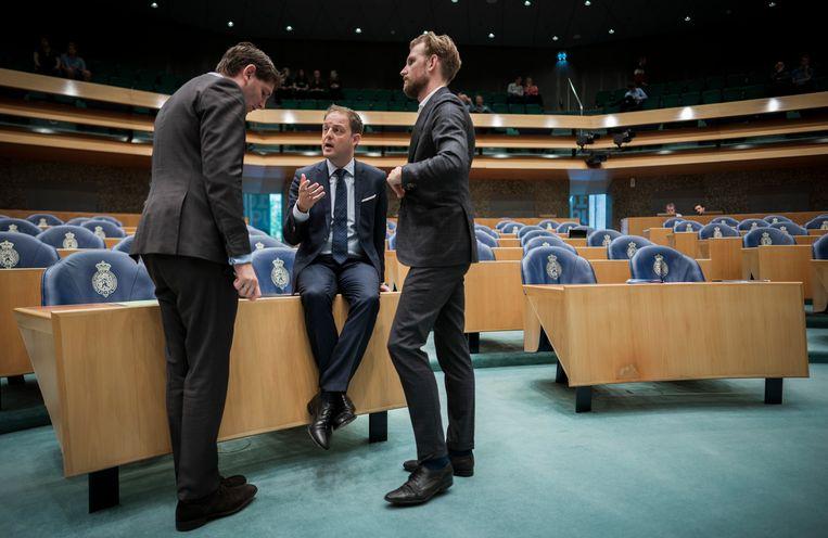 Van links af: Jan Paternotte (D66), Harry van der Molen (CDA) en Dennis Wiersma (VVD) in gesprek tijdens de schorsing van het debat over het boerkaverbod met minister Wouter Koolmees (Sociale Zaken en Werkgelegenheid). Beeld null