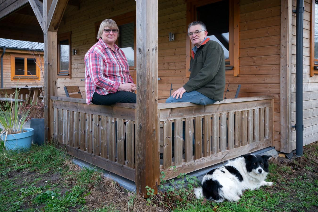 Jan en Mariet Muskens doen hun kampeerboerderij De Schaapskooi in Drunen over aan het Waalwijkse stel Niels en Karin de Jong.