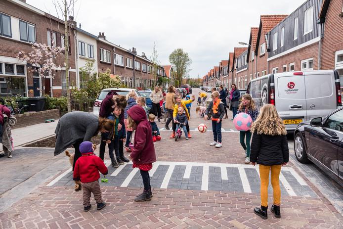 Spelen in de Kruiskamp: 'Rondrijdende en wegscheurende parkeerders zijn een groot gevaar voor kinderen op straat'.