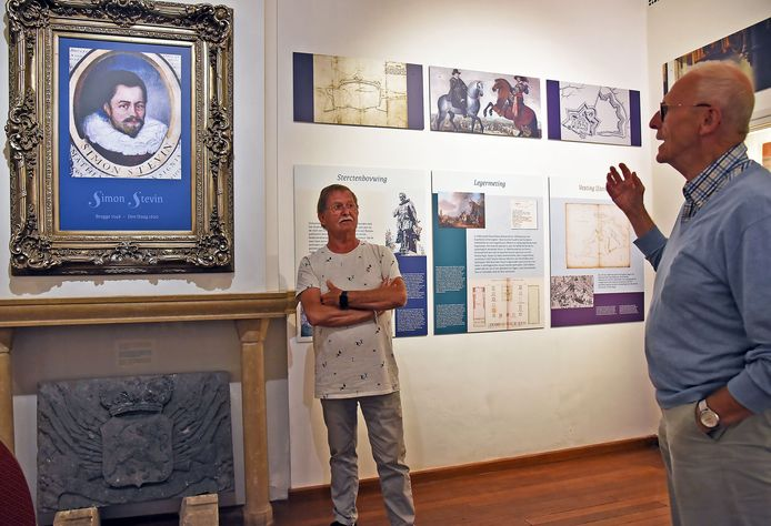 Matthieu Janssen (links) en Harold van Damme praten elkaar bij over Simon Stevin.