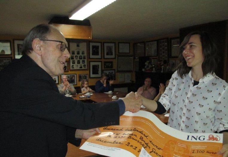 André Moreau overhandigt de cheque aan een arts van Artsen Zonder Grenzen.
