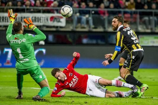 Februari 2016: AZ-Vitesse 1-0. Vitesse-keeper Eloy Room en Guram Kashia proberen AZ-spits Vincent Janssen van scoren te houden.
