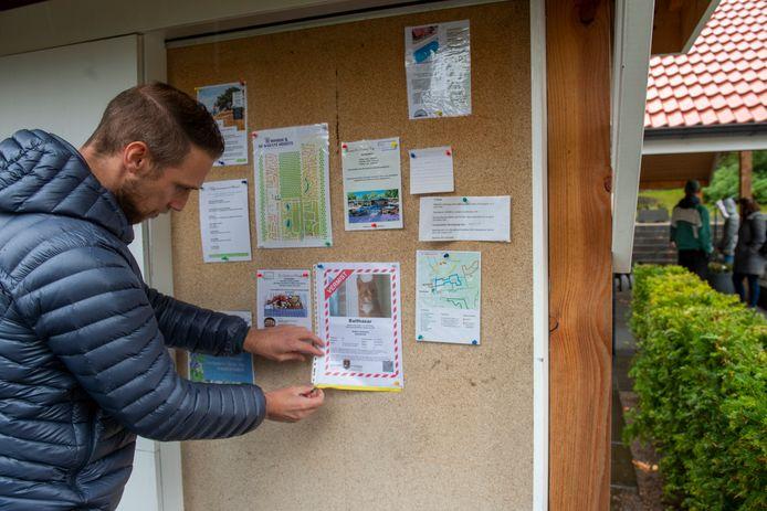 Robbert Bouwsma, die hier een flyer op het receptiebord van De Rimboe speldt, is nog altijd hoopvol