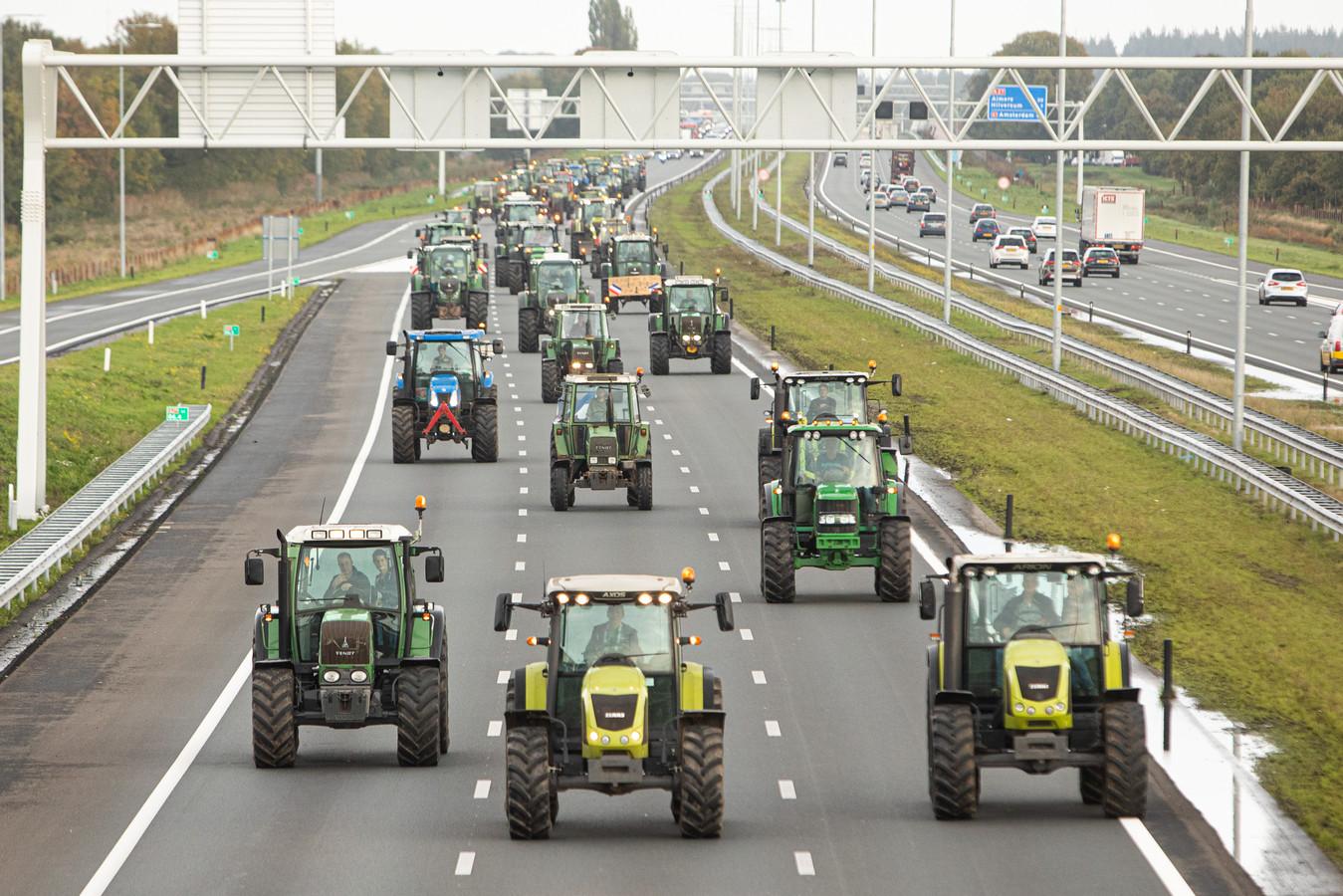 Boeren rijden op de A27 bij Utrecht, op weg naar het provinciehuis.