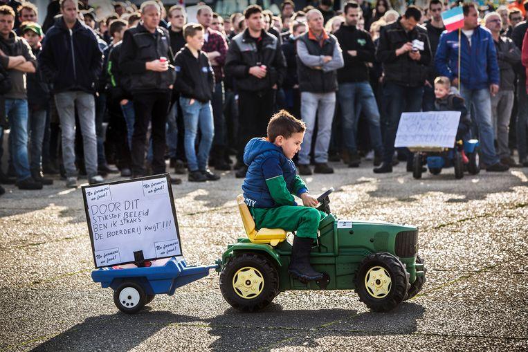 Brabantse boeren protesteren tegen het provinciale milieubeleid voor het provinciehuis van Den Bosch.   Beeld Arie Kievit