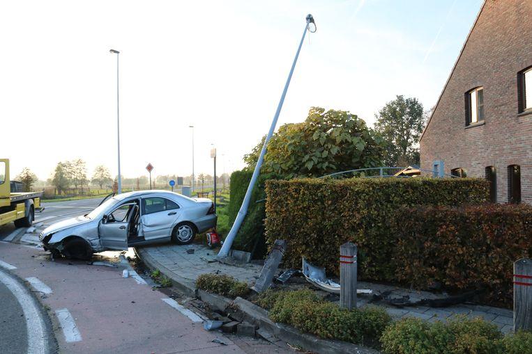 De schade aan de wagen en de omheining was groot.