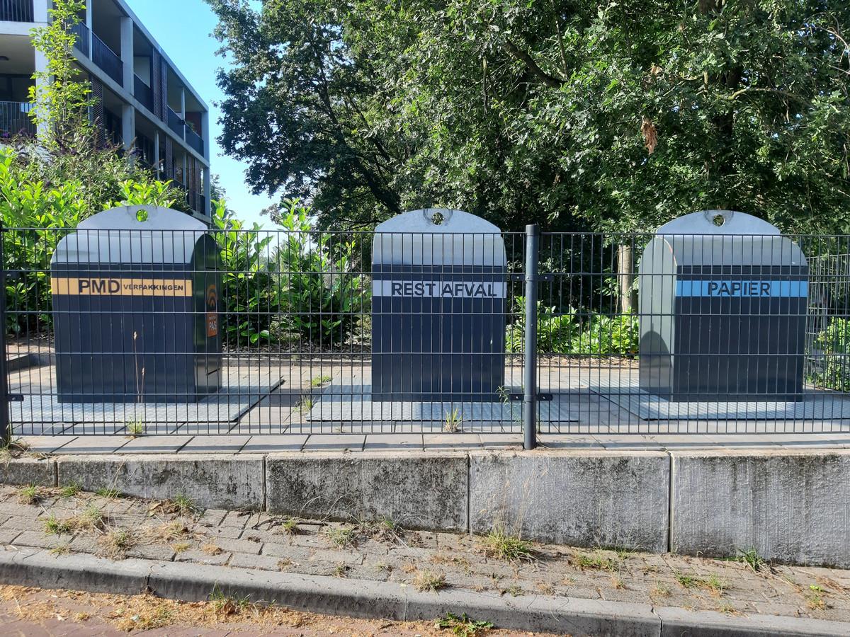Straatcontainers, waaronder voor restafval, in de Arnhemse wijk Klingelbeek. In deze buurt gooit iedereen netjes z'n afval weg.