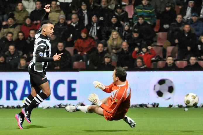 Samuel Armenteros scoort voor Heracles tegen PEC Zwolle, gedurende zijn eerste periode in Almelo. Foto: Carlo ter Ellen