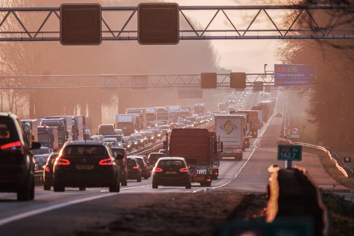 File op de A12 in de ochtendspits van de Duitse grens en de Achterhoek richting Arnhem (linker weghelft). Foto Jan van den Brink