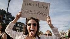 fotoreeks over 'This pussy grabs back': duizenden betogers protesteren tegen bezoek Trump